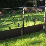 Tuinpoort met bloem en blad